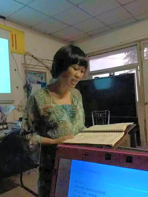 Fan Yusu reading her story written in the migrant worker writers class April 2015